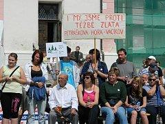 Pochod v Kašperských Horách proti těžbě zlata podpořily stovky lidí z Příbramska.