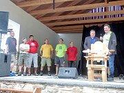 STAROSTA Krásné Hory (vpravo) dostal za poskytnutí dřeva právo výběru. Na snímku jsou řezbáři (zleva) Jiří Holub, Jiří Švarc, Václav Křížek, Jan Busch, Michal Štěpánek a Jiří Baloun.