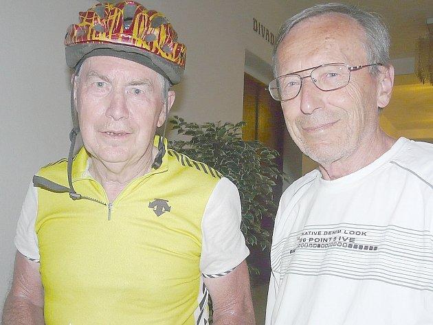 MEDIÁLNĚ známý Jiří Grygar (vlevo) se po příjezdu pozdravil s místními astronomy – na snímku je s Vladimírem Roškotem.