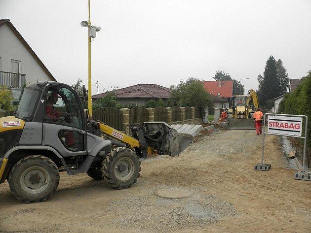 Práce na nové silnici ve Hvožďanech konečně začaly