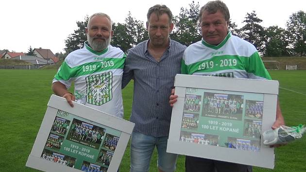 Předseda fotbalového Ligmetu Milín Miroslav Obdržal (uprostřed).