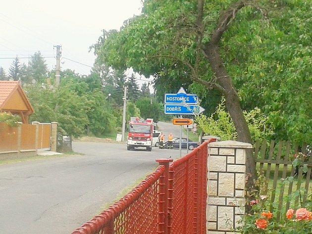 KŘIŽOVATKA v Bukové u Příbramě se v neděli stala místem nehody, při které se srazily dva vozy.