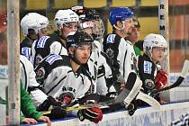 Hráči HC Příbram na střídačce během zápasu.