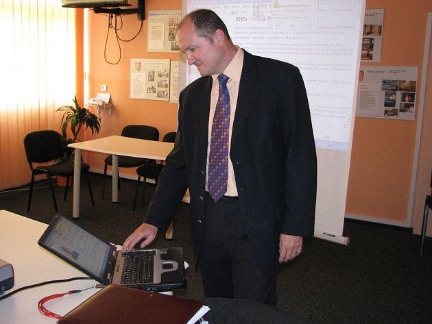 Tomáš Reiter při prezentaci výsledků průzkumu mezi pacienty příbramské nemocnice