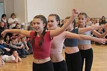 Tancem ožila v pátek dopoledne aula Základní školy Jiráskovy sady. Konalo se zde okresní kolo IX. ročníku středočeského tanečního poháru. Sešlo se rekordních 143 tanečníků. Vítězové postoupili do finále, které se bude konat 2. června v Benešově.