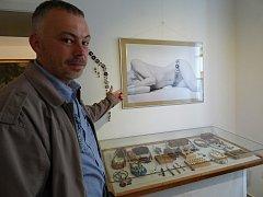 POPRVÉ prezentuje akty v sedlčanském muzeu místní fotograf Kamil Novotný (na snímku).
