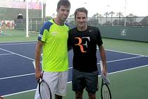 Jiří Veselý s Rogerem Federerem.