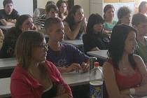 Studenti Gymnázia Příbram při jedné z přednášek
