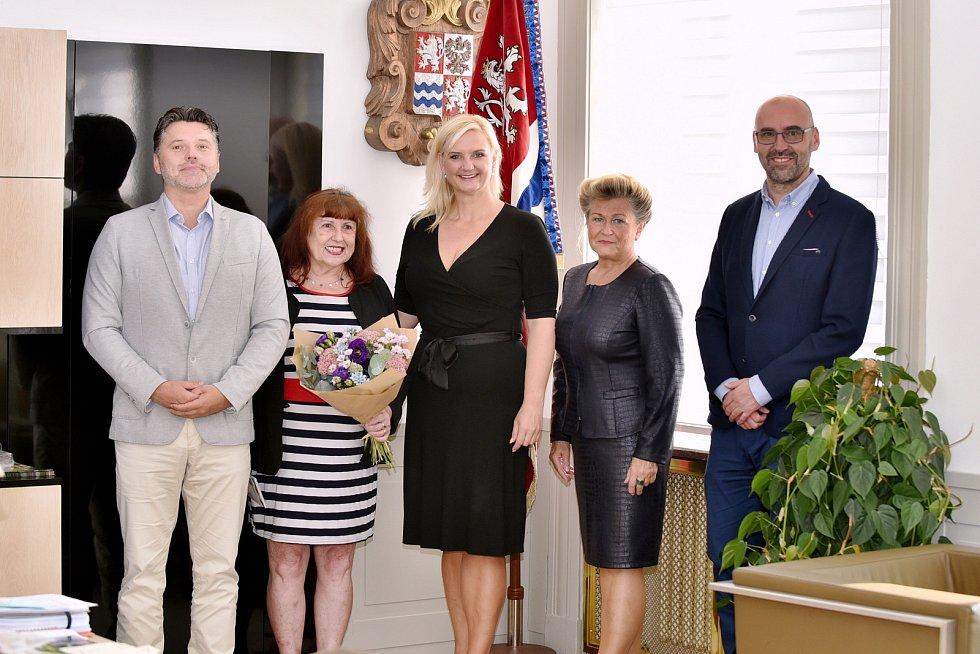 Přivítání Nadi Abrhámové, nejstarší čerstvé maturantky Středočeského kraje, na krajském úřadě.