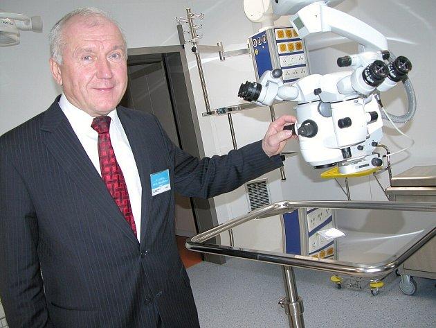 Primář očního oddělení příbramské nemocnice Michal Bodnár u jednoho z nejlepších zaměřovacích přístrojů.