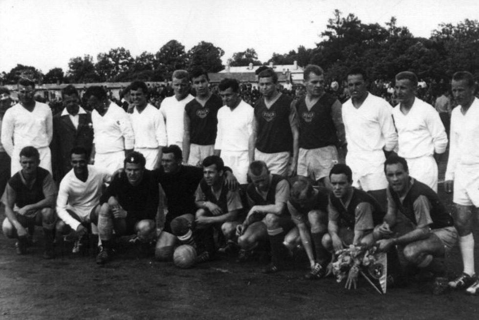 Foto ze zápasu Dobříše s Duklou Praha, v jejímž dresu nastoupil i legendární Josef Masopust.