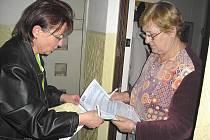 Libuše Petřinová při předávání sčítacích formulářů.