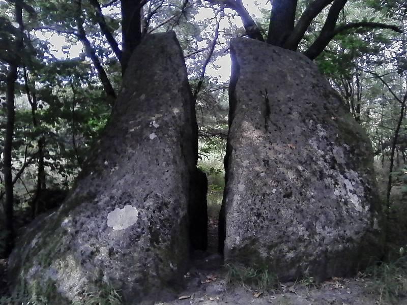 Další menhiry či jen puklý balvan.