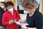 Mobilní týmy jezdí očkovat seniory až do jejich obcí, 3. března se očkovalo v Jincích.