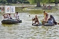 Klání netradičních plavidel, osazených pestrými, ještě netradičnějšími posádkami se odehrávalo hned v několika disciplínách v areálu na koupališti Nový rybník.