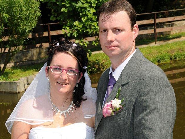 V LIŠKOVĚ MLÝNĚ v Milešově si ve čtvrtek 5. července ve 14 hodin navlékli snubní prstýnky Veronika Fryčová a Martin Bubník.