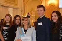 Pedagožka Radka Vocílková se svými studenty z Gymnázia pod Svatou Horou.