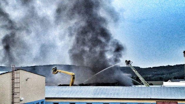 Vpátek odpoledne hasiči vyhlásili třetí stupeň požárního poplachu. Důvodem je požár ve výrobní hale koupelen Ravak, ve které se zpracovávají plasty.