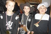 RYTÍŘ Vojta, kovboj Kuba a kominík Tomík. Mají velkou radost z medailí a z toho, že si můžou společně zařádit.