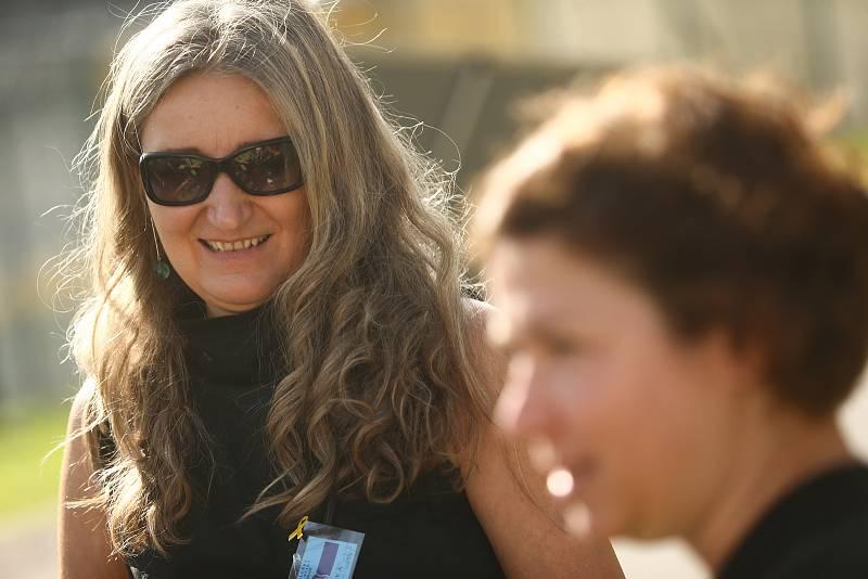 Věznice Příbram v sobotu 24. července 2021. Dagmar Doubravová, ředitelka Rubikonu, nestátní neziskové organizace (vlevo), v popředí eronika Friebová z Yellow Ribbon Run.