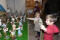 Z KERAMIKY je dílo sedlčanského výtvarníka Zdeňka Šťovíčka, které má sedm desítek figurek.