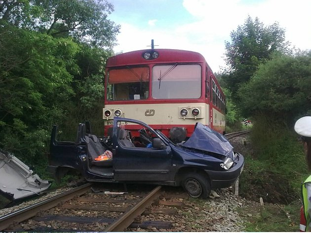Sobotní tragická nehoda v Jincích na železničním přejezdu.