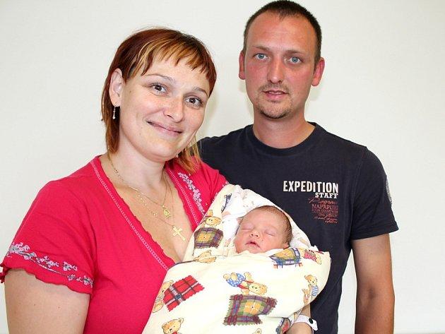 EVIČKA SIROTKOVÁ si pro příchod na svět vybrala Drásov, narodila se mamince Marušce na cestě ze Štětkovic do příbramské porodnice, vážila 2,71kg. Porodníkem se musel stát spomocí telefonické asistence její tatínek Petr.