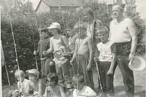 Z činnosti jineckých rybářů: dětské rybářské závody na rybníku Nový v roce 1973.