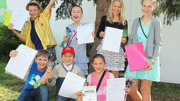 Na společném snímku jsou shora zleva Alex, Aneta a osmačky Bára a Alena. Dole zleva jsou Tadeáš, Matěj a Tereza, všichni ze základní školy v Jiráskových sadech v Příbrami.