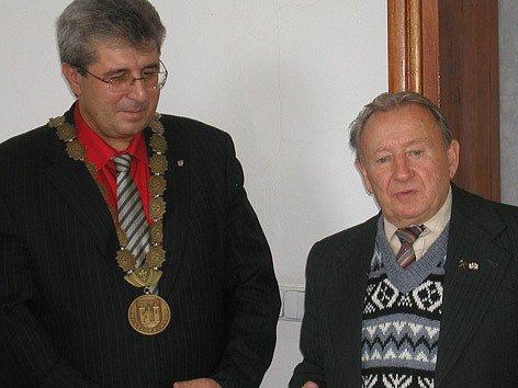 Starosta Příbrami Josef Řihák a oceněný František Zahrádka