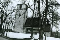 Kostel v Nechvalicích má dodnes románské sdružené okno.