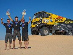 VÍTĚZOVÉ.  Martin Macík spolu se svým týmem ovládl Rally EL Chott, která sloužila jako příprava na Rally Dakar.