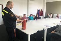 Jak předcházet i jak se správně chovat při požáru, radili příbramským seniorům profesionální hasiči.