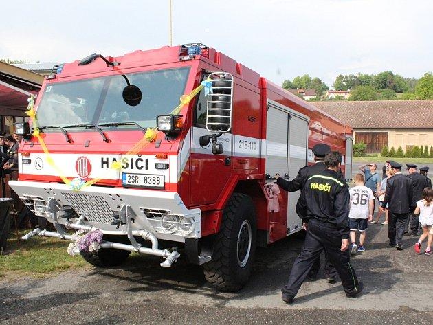 Dobrovolní hasiči z Dolních Hbit si převzali v sobotu 12. května novou cisternu.