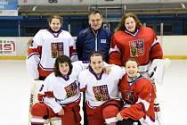 Hokejová brankářka Julie Pejšová (nahoře vpravo) momentálně táhne hokejovou reprezentaci na mistrovství světa hráček do osmnácti let v Japonsku.
