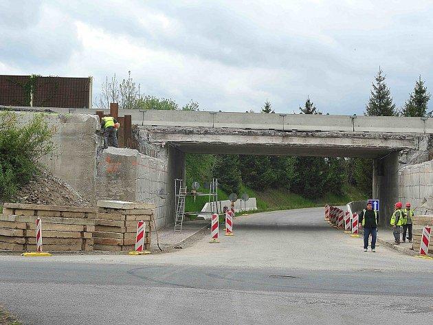 Oprava mostu u obce Lhotka.