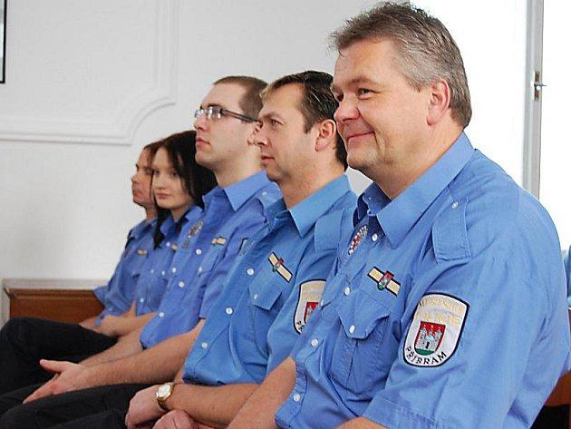 Část strážníků před šesti lety, kteří čekají na předání osvědčení za dokončený kurz.