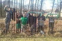 Příbramští Uran Fans po zápase se Slováckem ještě poklidili prostory v okolí stadionu.