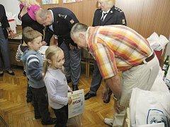 Předávání ocenění dětem na základně příbramských hasičů.