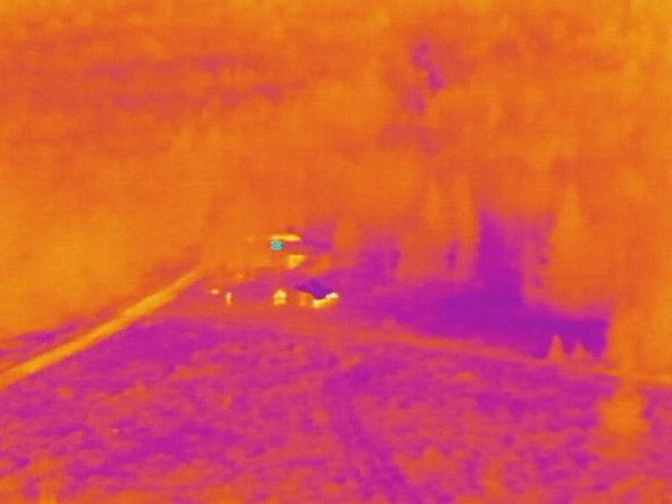 Pohled z kamery s termovizí policejního dronu.