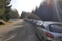 Téměř stovka aut návštěvníků Brd zaplnila poslední březnový víkend Obecnici.