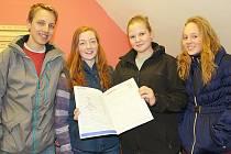 Na snímku je zleva Martin Polák, Monika Hovorková, Kateřina Řehořová a Petra Mrkáčková s posledním výtiskem Školních novin.