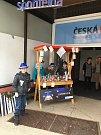 V rámci výuky finanční gramotnosti v programu Abeceda peněz absolvovali prodejní jarmark, na němž se pokusili zúročit své nově nabyté znalosti a prodejem vánočních dekorací, háčkovaných výrobků a svícnů vydělat své první peníze.