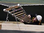 Netradiční halová soutěž ve výstupu do čtvrtého podlaží cvičné věže pomocí jednohákového žebříku se uskutečnila v sobotu 3. března na stanici HZS Příbram.