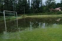 Takto vypadalo v pátek fotbalové hřiště v Novém Kníně.