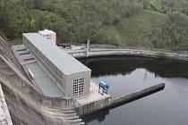 Hráz Orlické přehrady.