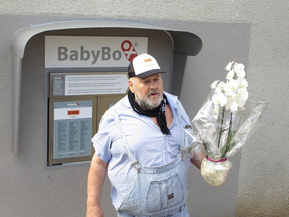 Ludvík Hess při zahájení provozu babyboxu v Oblastní nemocnici Příbram.