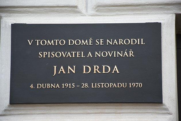 Odhalení pamětní desky spisovateli a příbramskému rodákovi Janu Drdovi.