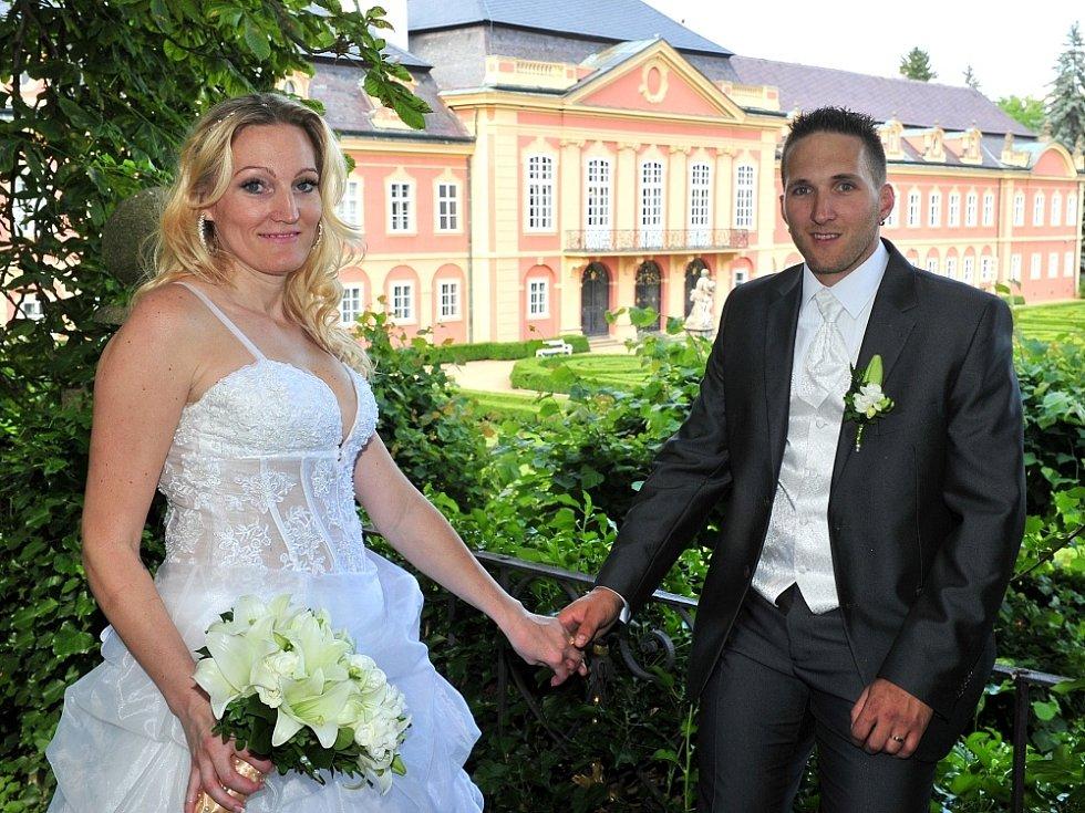 """Své """"ano"""" společné cestě životem si v pátek 27. června 2014 v zrcadlovém sále na zámku v Dobříši řekli Irena Fialová z Mladé Boleslavi a Jan Budka z Dobříše."""