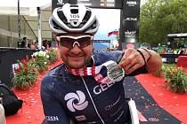 Jan Tománek si v cíli oddychl, že zdolal Ironmana v Klagenfurtu.